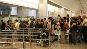 توضيحية: أشخاص يقفون في طابور لمراقبة جوازات السفر في مطار بن غوريون الدولي في إسرائيل، 21 سبتمبر، 2008. ( Yossi Zamir/Flash90)