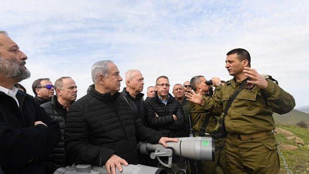 وزراء في المجلس الوزراء الأمني، بقيادة رئيس الوزراء بينيامين نتنياهو، يحصلون على إحاطات من ضباط في الجيش الإسرائيلي خلال جولة في هضبة الجولان، 6 فبراير، 2018. (Kobi Gideon/GPO)