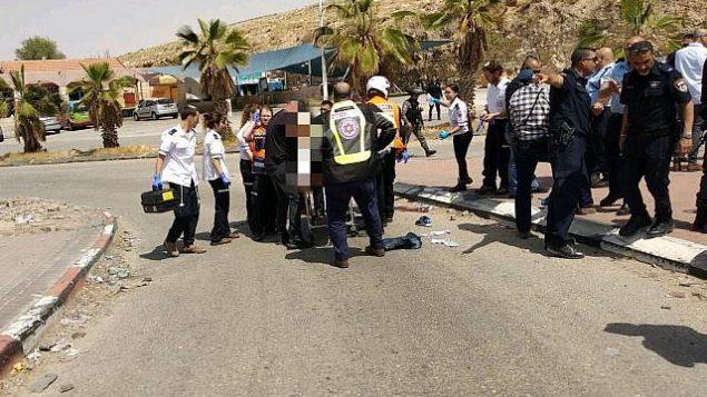 مسعفون إسرائيليون يقدمون العلاج لمشتبه به فلسطيني حاول طعن شخص في محطة وقود في الضفة الغربية في 8 أبريل، 2018. (نجمة داوود الحمراء)