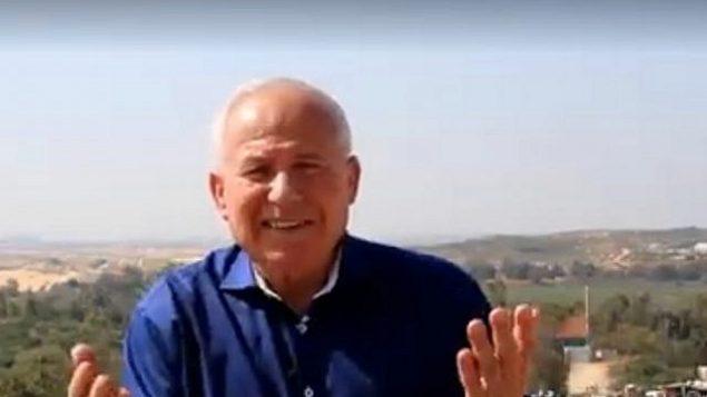"""البارز في الليكود ورئيس سابق لجهاز الأمن الداخلي """"شين بيت""""، آفي ديختر، يناشد سكان غزة التخلي عن العنف. (YouTube screenshot)"""