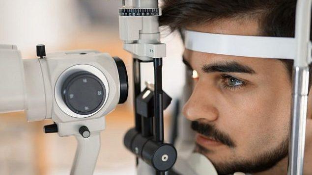صورة توضيحية لمريض عند طبيب عيون (nd3000، iStock by Getty Images)