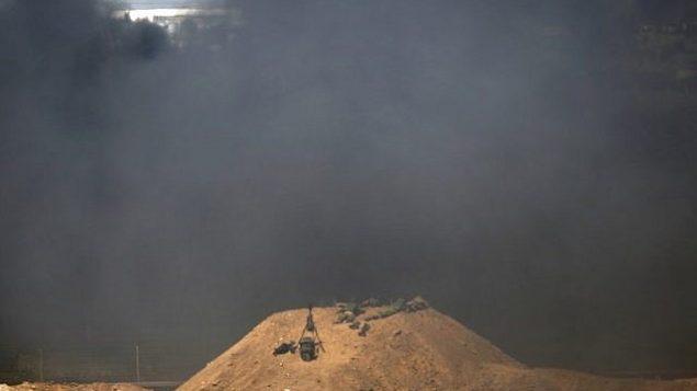 صورة التقطت من كيبوتس ناحال عوز الإسرائيلي مقابل الحدود بين اسرائيل وغزة، تظهر دخان اسود يتصاعد في الطرف الثاني من الحدود بهدف حجب رؤية الجنود الإسرائيليين خلال المظاهرات، 6 ابريل 2018 (AFP PHOTO / Jack GUEZ)