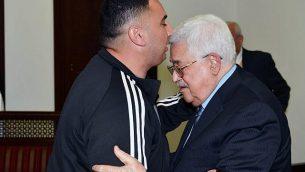 رئيس السلطة الفلسطينية محمود عباس (من اليمين)، يستقبل رجائي حداد، الذي قضى 20 عاما في السجن الإسرائيلي لضلوعه في هجوم وقع في عام 1997 أسفر عن مقتل غابرييل هيرشبرغ. (WAFA/Thaer Ghanaim)