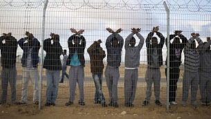 طالبو لجوء يتظاهرون في مركز الاحتجاز 'حولوت' في  النقب جنوبي إسرائيل، 17 فبراير، 2014.  (Ilia Yefimovich/Getty Images)