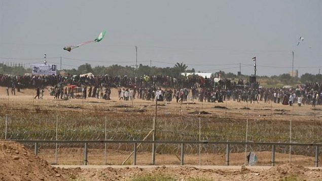 يحاول فلسطينيون استخدام طائرة ورقية لنقل كوكتيل مولوتوف باتجاه قوات الجيش الإسرائيلي على طول السياج مع غزة في 13 أبريل 2018. (الجيش الإسرائيلي)