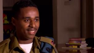 داماس باكادا، الجندي الأثيوبي الأصل الذي أدى الى أعمال الشغب الوطنية عندما ظهرت لقطات تعرض فيها للضرب من قبل الشرطة في عام 2015، في مقابلة مع قناة حداشوت بثت السبت 21 أبريل، 2018. (Screen shot)