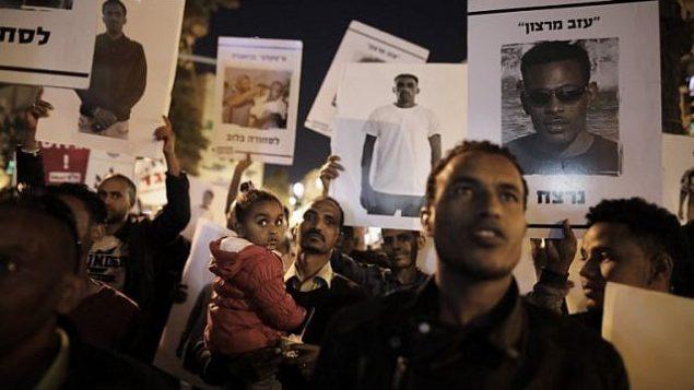 لاجئون أفارقة ومؤيدوهم يتظاهرون في القدس في 4 أبريل، 2018 ضد قرار رئيس الوزراء بينيامين نتنياهو إلغاء اتفاق مع الأمم المتحدة يهدف إلى تجنب الترحيل القسري لآلاف المهاجرين الأفارقة. (AFP/Menahem Kahana)
