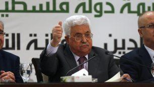 رئيس السلطة الفلسطينية محمود عباس خلال حديث له في مؤتمر صحفي حول القدس، في مدينة رام الله في الضفة الغربية، 11 أبريل، 2018.  (AFP/Abbas Momani)