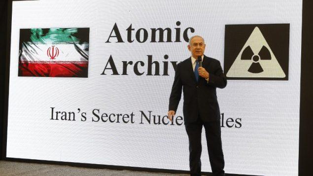 رئيس الوزراء بنيامين نتنياهو يقدم خطاب حول برنامج إيران النووي في وزارة الدفاع في تل ابيب، 30 ابريل 2018 (AFP/Jack Guez)