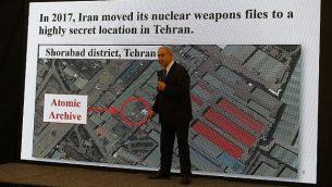 رئيس الوزراء بينيامين نتنياهو يلقي خطابا حول برنامج إيران النووي في وزارة الدفاع في تل أبيب، 30 أبريل، 2018. ( AFP PHOTO / Jack GUEZ)