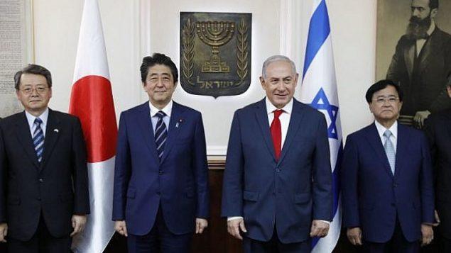 رئيس الوزراء الإسرائيلي بنيامين نتنياهو (يمين-وسط) ورئيس الوزراء الياباني الزائر شينزو آبي (يسار-وسط) في صورة جماعية خلال اجتماع مع رجال أعمال يابانيين في مكتب رئيس الوزراء في القدس في 2 مايو 2018. (AFP/Abir SULTAN)