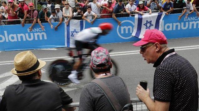 يشاهد المتفرجون راكبًا خلال المرحلة الأولى من سباق غيرو  دي إيطاليا  101،  في 4 مايو 2018 في القدس. (AFP/Thomas Coex)
