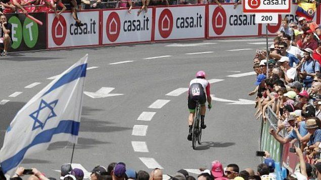 """متسابق فريق أستراليا من فريق """"التربية أولا"""" دراباك ميتشل دوكر يركب دراجته في المرحلة الأولى من سباق غيرو دي إيطاليا 101  في 4 مايو 2018، في القدس والتي تبلغ 9.7 كلم. (AFP PHOTO / Thomas COEX)"""