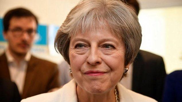 رئيسة الوزراء البريطانية تيريزا ماي تتحدث خلال زيارة لمحافظي فينشلي في شمال لندن في 4 مايو 2018. (AFP PHOTO / POOL / TOBY MELVILLE)