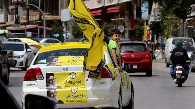 مناصرون لحزب الله في شوارع مدينة النبطية في جنوب لبنان، 6 مايو، 2018، في اليوم الذي تجري فيه البلاد انتخابات برلمانية لأول مرة منذ تسع سنوات.(AFP PHOTO / MAHMOUD ZAYYAT)