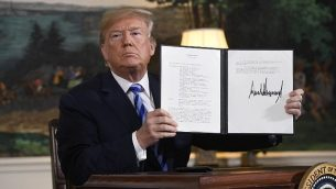 الرئيس الأمريكي دونالد ترامب يوقع على وثيقة تعيد فرض العقوبات على إيران بعد إعلانه عن انسحاب الولايات المتحدة من الاتفاق النووي مع إيران،  في غرفة الاستقبال الدبلوماسية في البيت الأبيض في العاصمة واشنطن، 8 مايو، 2018.  (AFP PHOTO / SAUL LOEB)