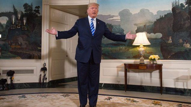 الرئيس الأمريكي دونالد ترامب يتحدث للصحافة بعد إعلانه عن عن قراره الانسحاب من الاتفاق النووي مع إيران في غرفة الاستقبال الدبلوماسية في البيت الأبيض، 8 مايو، 2018.  (AFP / SAUL LOEB)