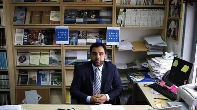 مدير منظمة هيومن رايتس ووتش في إسرائيل وفلسطين، عمر شاكر، وهو مواطن أمريكي، يجلس في مكتبه في مدينة رام الله في الضفة الغربية، 9 مايو، 2018. (ABBAS MOMANI/AFP)