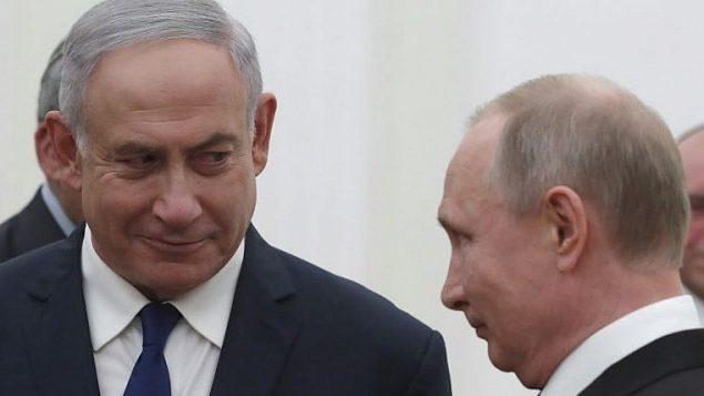 الرئيس الروسي فلاديمير بوتين يلتقي برئيس الوزراء بنيامين نتنايهو في الكرملين في موسكو، 9 مايو 2018 (SERGEI ILNITSKY/AFP)