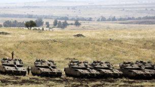انتشار لدبابات 'مركافاه' الإسرائيلية بالقرب من الحدود السورية على الجانب الإسرائيلي من مرتفعات الجولان، 10 مايو، 2018.  (AFP PHOTO / MENAHEM KAHANA)