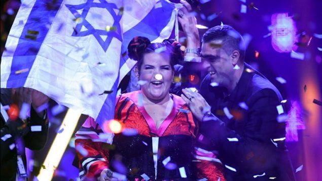 المغنية الإسرائيلية نيطع برزيلاي بعد فوزها بنهائي مسابقة 'يوروفيجن' الغنائية ال63 لعام 2018 في 'ألتيس أرينا' في لشبونة، 12 مايو، 2018. (AFP PHOTO / Francisco LEONG)