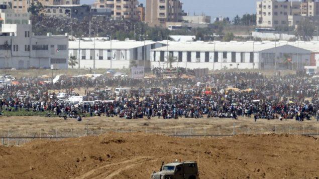 متظاهرون فلسطينيون يتجمعون عمد السياج الحدودي مع اسرائيل، 14 مايو 2018 (JACK GUEZ/AFP)