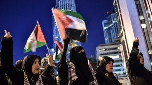 متظاهرون يلوح بالأعلام الفلسطينية من أمام القنصلية الإسرائيلية في إسطنبول، 15 مايو، 2018.  (OZAN KOSE/AFP)
