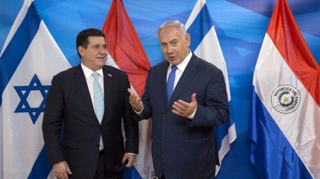 رئيس الوزراء بنيامين نتنياهو يلتقي برئيس البرغواي هوراسيو كارتس في مكتب رئيس الوزراء في القدس، 21 مايو 2018 (AFP/POOL/Sebastian Scheiner)