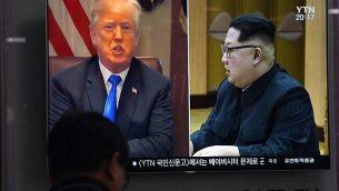 رجل يشاهد تقريرا في قناة إخبارية يظهر فيه رئيس كوريا الشمالية كيم جونغ أون، من اليمين، والرئيس الأمريكي دونالد ترامب، من اليسار، في محطة قطارات في سول، 24 مايو، 2018. (Jung Yeon-je/AFP)