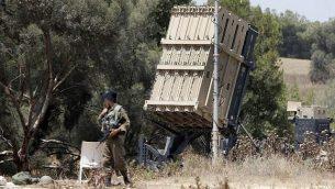 جنود إسرائيليون يحرسون منظومة الدفاع الصاروخي 'القبة الحديدية'، المصممة لاعتراض وتدمير صواريخ وقذائف مدفعية، والتي تم نشرها على طول الحدود مع قطاع غزة، 29 مايو، 2018. (AFP PHOTO / JACK GUEZ)