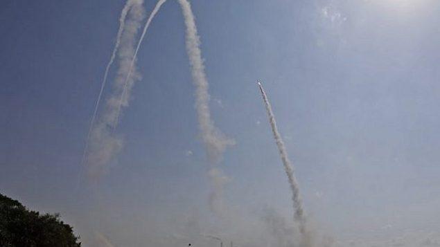 الجيش الإسرائيلي يطلق صاروخا من منظومة الدفاع الصاروخي 'القبة الحديدية' لاعتراض صاروخ تم إطلاقه من غزة من موقع في مدينة أشكلون في جنوب إسرائيل، 29 مايو، 2018.  (AFP PHOTO / MENAHEM KAHANA)