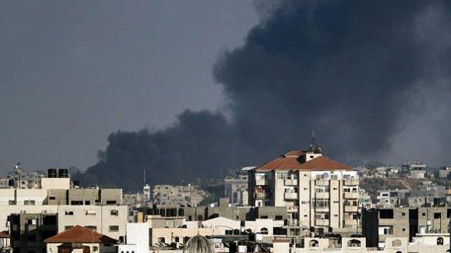 صورة تم التقاطها من مدينة غزة في 29 مايو، 2018، تظهر سحب الدخان تتصاعد في الخلفية في أعقاب غارة جوية إسرائيلية على القطاع الساحلي.  (AFP PHOTO / THOMAS COEX)