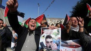 توضيحية: فلسطينيون يهتفون شعارات ضد إسرائيل خلال مظاهرة مؤيدة للأسير السابق سمير القنطار (في الصورة) في مدينة نابلس في الضفة الغربية، الذي قُتل في غارة جوية نُسبت لإسرائيل على منزله في جرمانا في ضواحي العاصمة السورية دمشق، 21 ديسمبر، 2015. (AFP/JAAFAR ASHTIYEH)