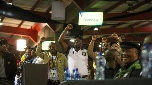 مندوبو حزب المؤتمر الوطني الإفريقي يهتفون خلال الخطاب الختامي لرئيس الحزب الجديد، سيريل رامافوزا، في اليوم الأخير لمؤتمر حزب المؤتمر الوطني الإفريقي ال54 في مركز  NASREC Expo في جوهانسبورغ، 20 ديسمبر، 2017.  (AFP/Wikus De Wet)