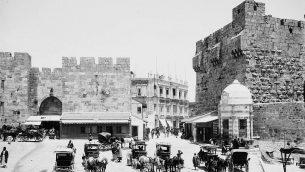 فتحة في سور البلدة القديمة، بالقرب من باب الخليل، في صورة تم القتاطها بين 1898-1916. (American Colony)
