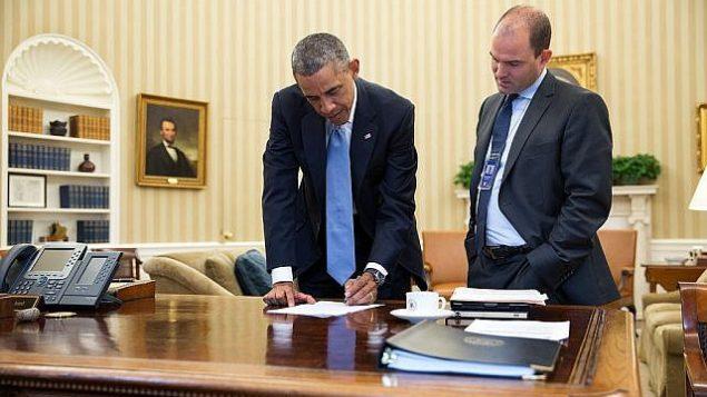 نائب مستشار الأمن القومي بن رودس، من اليمين، مع باراك أوباما في المكتب البيضاوي في 10 سبتمبر، 2014.  (White House/Pete Souza)