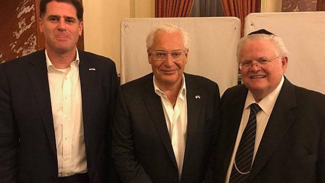 سفير إسرائيل لدى الولايات المتحدة رون ديرمر، والسفير الأمريكي لدى إسرائيل ديفيد فريدمان، والقس جون هاغي، 11 مايو، 2018.  (CUFI)