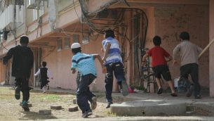 صورة توضيحية: اطفال يتوجهون الى ملجأ في بلدة كيريات ملاخاي الجنوبية خلال الحملة العسكرية في غزة في نوفمبر 2012 (Yuval Haker/Israel Defense Forces)