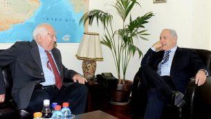 رئيس الوزراء بنيامين نتنياهو (إلى اليمين) يلتقي بمؤرخ الشرق الأوسط برنارد لويس في مكتب رئيس الوزراء. (Government Press Office)