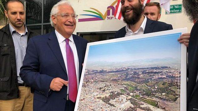 السفير الأمريكي ديفيد لدى إسرائيل ديفيد فريدمان يحصل على صورة تم فيها وضع الهيكل اليهودي محل قبة الصخرة في الحرم القدسي، خلال حدث لمنظمة 'أحياه' الغير ربحية التربوية في بني براك، 22 مايو، 2018. (Courtesy: Kikar HaShabbat)