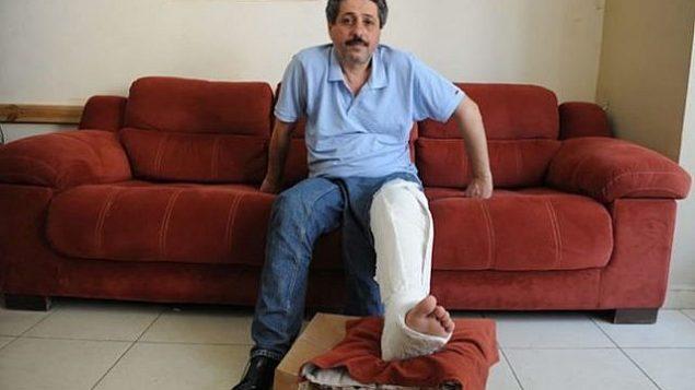 ناشط حقوق الإنسان جعفر فرح، الذي يتهم الشرطة بكسر ركبته بعد اعتقاله. (لقطة شاشة: Twitter)