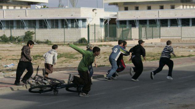اطفال اسرائيليون يسارعون الى ملجأ خلال صفارة انذار تحذر من صواريخ قادمة من قطاع غزة، 8 يناير 2009 (Anna Kaplan/ Flash90)