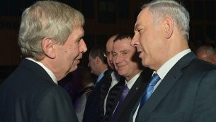 رئيس الوزراء بينيامين نتنياهو، من اليمين، مع رئيس الموساد المنتهية ولايته، تمير بادرو، خلال حفل وداع في تل أبيب، 5 يناير، 2015.  (Kobi Gideon/GPO)