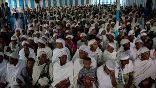 """أعضاء من جماعة """"الفلاشا"""" الإثيوبية اليهودية ينتظرون الصلاة قبل حضور وجبة الفصح، في الكنيس في غوندار، إثيوبيا، 22 أبريل 2016. (Miriam Alster / FLASH90)"""