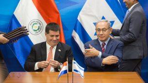 رئيس الوزراء بنيامين نتنياهو يلتقي برئيس الباراغواي هوريشيو كارتيس في مكتب رئيس الوزراء في القدس، 19 يوليو 2016 (Emil Salman/Pool)
