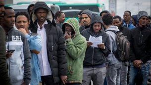 طالبي اللجوء الأفارقة ينتظرون خارج مكتب هيئة الهجرة والسكان الإسرائيلي في انتظار معرفة وضعهم، في بني براك، إسرائيل، 13 فبراير / شباط 2018. (Miriam Alster / Flash90)