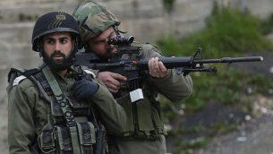 توضيحية: جنديان إسرائيليان في الضفة الغربية، 17 فبراير، 2018. (Wisam Hashlamoun/FLASH90)
