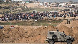 جنود إسرائيليون على الجانب الإسرائيلي من الحدود مع قطاع غزة، خلال مظاهرة لآلاف الفلسطينيين بالقرب من السياج الحدودي، 6 أبريل، 2018. (Hadas Parush/Flash90)