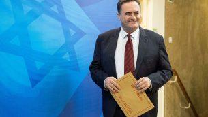 وزير المواصلات والاستخبارات يسرائيل كاتس يصل جلسة الحكومة الاسبوعية في مكتب رئيس الوزراء في القدس، 11 ابريل 2018 (Yoav Ari Dudkevitch/Pool/Flash90)