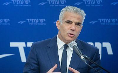 رئيس حزب 'يش عتيد'، يائير لابيد، يترأس اجتماعا لكتلة حزبه في البرلمان الإسرائيلي، 30 أبريل، 2018. (Miriam Alster/Flash90)